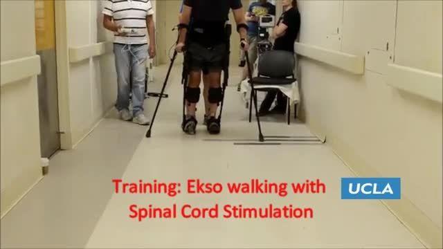 راه رفتن یک معلول با اسکلت بیرونی رباتیک و تحریک عصبی