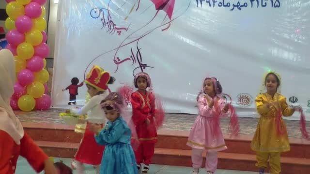 خوانندگی کودک زرندی در جشن روز کودک