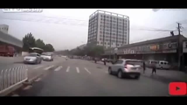 در چین برای گرفتن خسارت خود را جلوی ماشین پرت میکنند