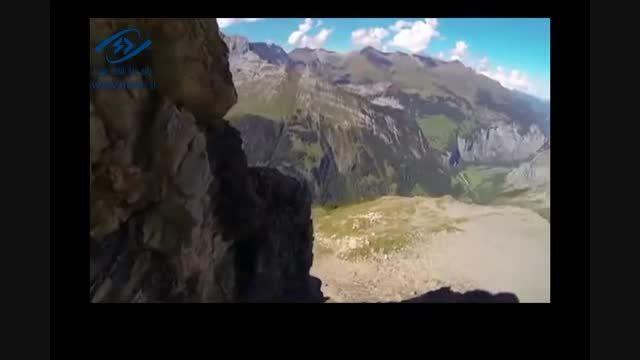 پرواز با لباس بالدار از میان شیار صخرها