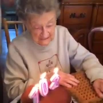 کلیب بی نهایت خنده دار جشن تولد بامزه ترین پیرزن دنیا