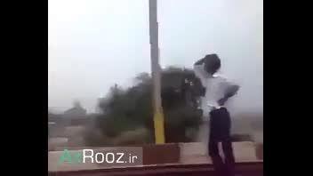 قطار خطر ناکه ولی این مرده اصلا حالیش نمیشه