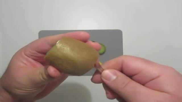 روش های جالب و آسان پوست کندن کیوی