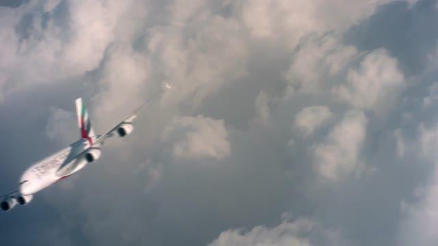 پرواز انسان در کنار هواپیمای غول پیکر ایرباس A380