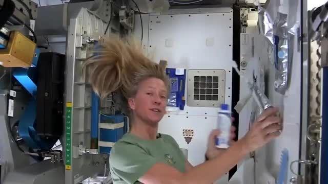 فضانوردان در ایستگاه فضایی چگونه حمام می کنند؟