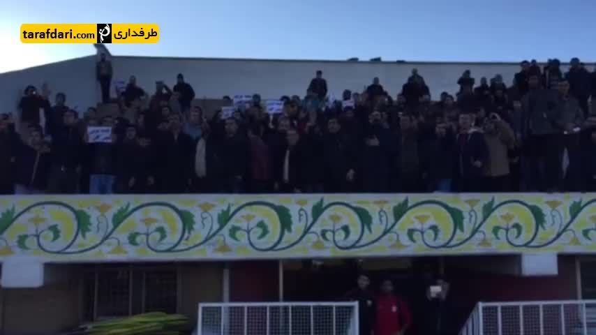 شعار هواداران تراکتور علیه مدیریت و قلعه نویی