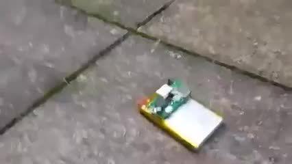 منفجر کردن باتری موبایل با چاقو