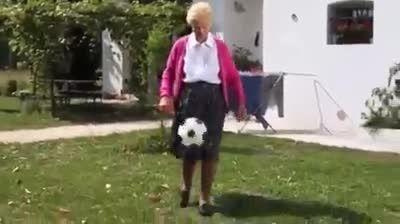 پیر زن فوتبالیست