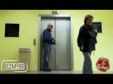 دوربین مخفی خنده دار سقوط مرد نابینا در آسانسور - بیا تو موبایل
