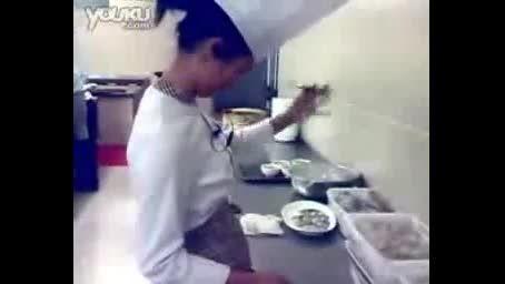 فیلم دیدنی حرکات چاقوی یک آشپز
