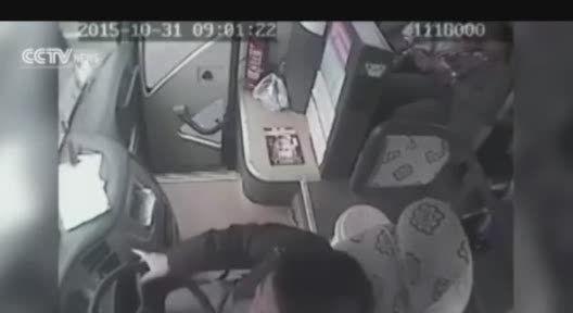 فیلم واکنش مسافران یک اتوبوس در حال سقوط به دره