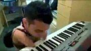 نواختن پیانو بدون دست