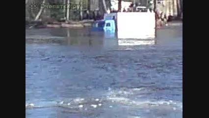 عبور کامیون روسی از رودخانه