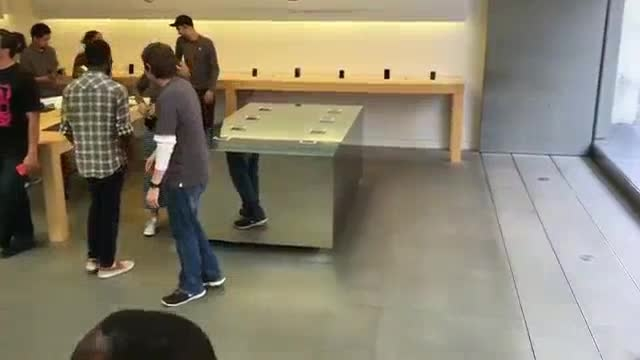 Apple Store 3D Touch Table