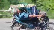 موتور سواری خنده دار پیر مرد خسته
