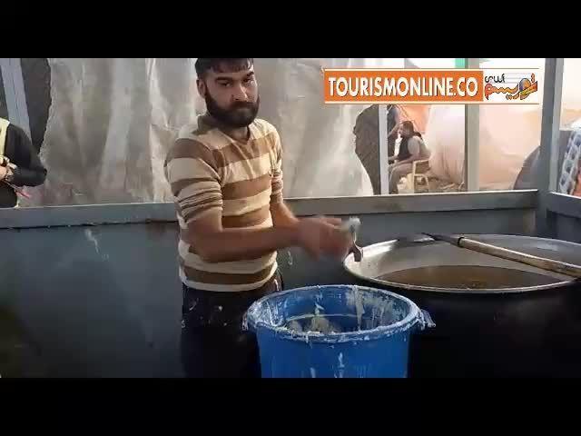 تهیه و توزیع بامیه عراقی در بین زائرین ایرانی