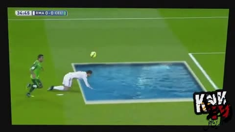 پرت شدن رونالدو در استخر وسط فوتبال