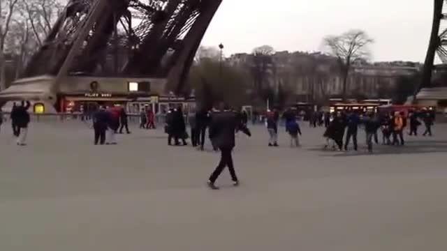 صدا در آوردن های انفجاری در پاریس کنار برج ایفل =))