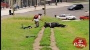دوربین مخفی قل خوردن مرد چاق 2-خیلی خنده دار