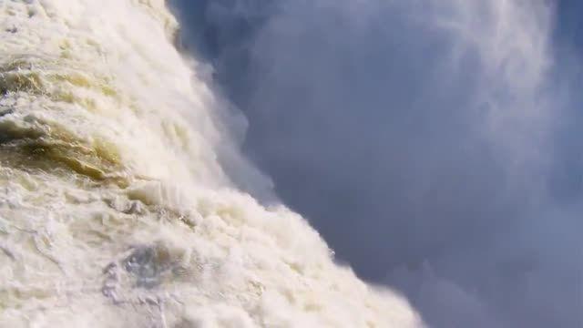 آبشار بسیار دیدنی و زیبا
