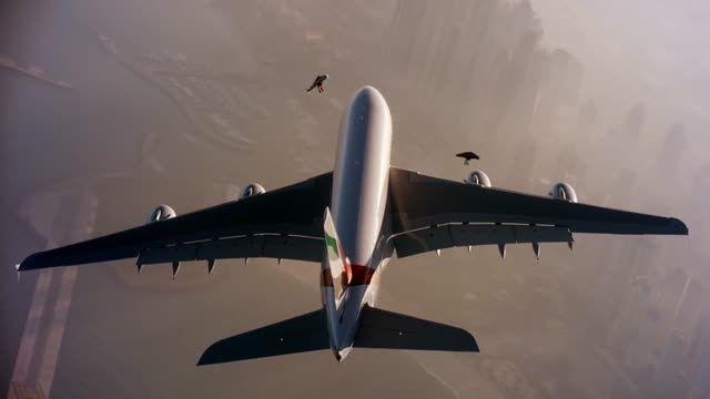 پرواز با جت پک بر فراز هواپیمای مسافربری - زومیت