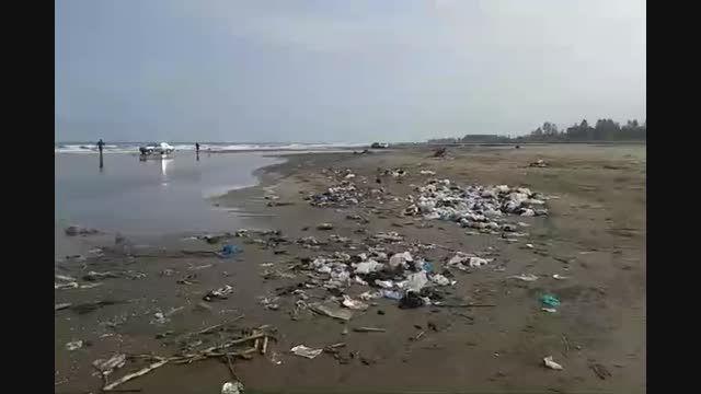دریایی از زباله که در ساحل دریا پهلو گرفته اند...
