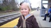 واکنش جالب دختر بچه دوست داشتنی به رسیدن قطار