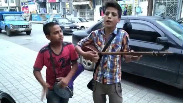 کودک دوره گرد نوازنده و خواننده حرفه ای
