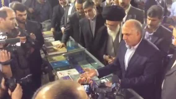 لحظاتی از حضور رهبر انقلاب در نمایشگاه کتاب