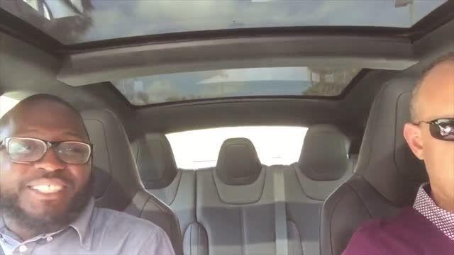 واکنش افراد به شتاب اتوموبیل تسلا در سرعت گرفتن