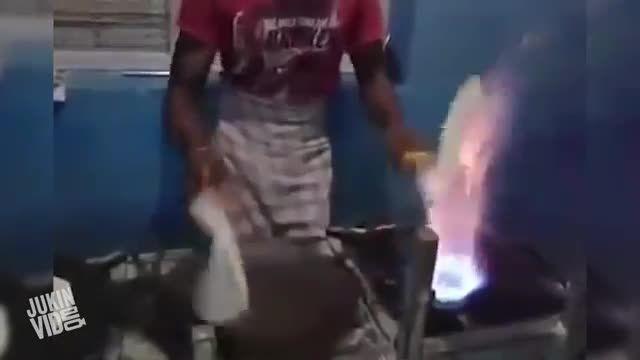 درست کردن سریع نان در هند کلیپ از (JukinVideo)