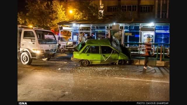 تصاویر منتشر شده از تصادف عجیب پراید در خیابان انقلاب