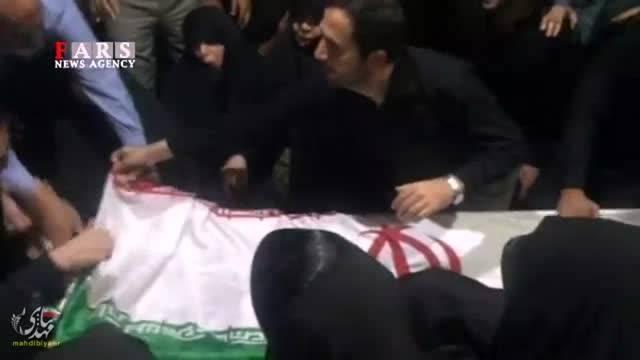 وداع خانواده شهید همدانی با پیکر مطهر سردار