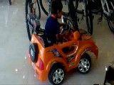 تک چرخ زدن یه کودک که با ماشین اسباب بازی