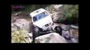 ماشین سمج و افرود در رودخانه و سنگ لاخ.