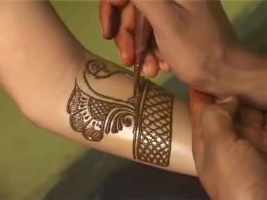 آموزش حنا کردن دست و پای عروس و طراحی لباس عروس