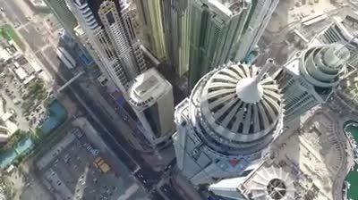 پرش چتربازان از فراز آسمان خراش در دبی