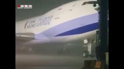 طوفانی که هواپیما را از زمین کند