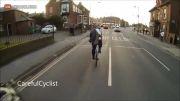 آخر عاقبت در آوردن کاپشن بر روی دوچرخه در حال حرکت...