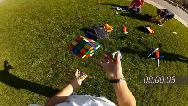 درست کردن 3 مکعب روبیک یکجا در هوا در کمتر از 6 دقیقه