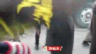 جوان عراقی و پاک کردن خاک از کفش زائران پیاده اربعین