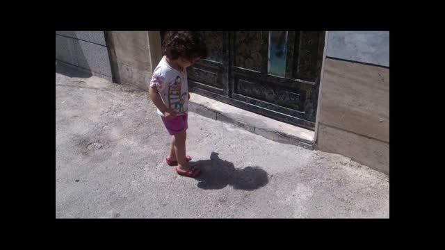 مواجهه بامزه کودک با سایه اش برای اولین بار