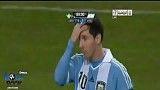 ورود یکی از هوادارن مسی به زمین ر جریان بازی آرژانتین و سوئد و بوسیدن پیشانی مسی