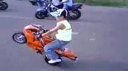 پسر بچه ی شش ساله با موتور تک چرخ می زنه