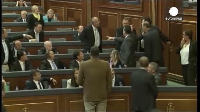 گاز اشک آور در پارلمان کوزوو