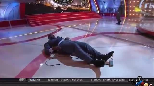 زمین خوردن بازیکن بازنشسته بسکتبال در برنامه پخش زنده