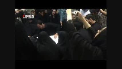 وداع خانواده سردار حاج حسین همدانی با پیکر شهیدشان
