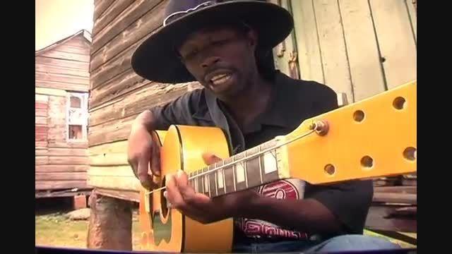 .::گیتار زدن مرد سیاه پوست افریقایی با گیتار تک سیم::.
