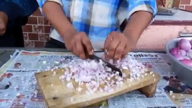 مرد هندی سریعتر ازدستگاه خرد کن, پیاز ها را خرد می کند