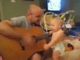 گیتار زدن بچه ی یکساله (آخر خنده)